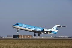 Aéroport Schiphol d'Amsterdam - le Fokker 70 de KLM Cityhopper décolle Images libres de droits