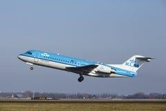 Aéroport Schiphol d'Amsterdam - le Fokker 70 de KLM Cityhopper décolle Photos libres de droits