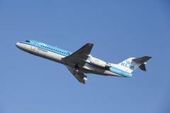Aéroport Schiphol d'Amsterdam - le Fokker 70 de KLM Cityhopper décolle Photographie stock