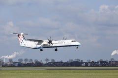 Aéroport Schiphol d'Amsterdam - le tiret 8 de bombardier de Croatia Airlines débarque images libres de droits