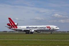 Aéroport Schiphol d'Amsterdam - MD-11 de cargaison de Martinair débarque Image libre de droits