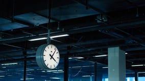 Aéroport Schiphol d'Amsterdam netherlands L'horloge dans le terminal Images stock