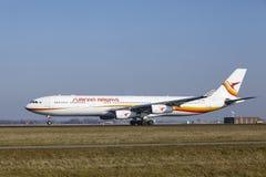 Aéroport Schiphol d'Amsterdam - Surinam Airways Airbus A340 décolle Image libre de droits