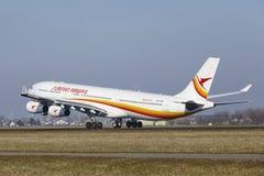 Aéroport Schiphol d'Amsterdam - Surinam Airways Airbus A340 décolle Images libres de droits