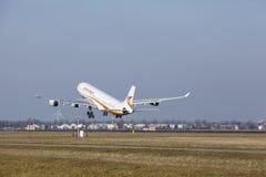 Aéroport Schiphol d'Amsterdam - Surinam Airways Airbus A340 décolle Photo stock
