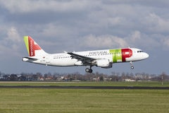 Aéroport Schiphol d'Amsterdam - TAP Portugal Airbus A320 débarque Photographie stock libre de droits
