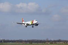 Aéroport Schiphol d'Amsterdam - TAP Portugal Airbus A320 débarque Images stock