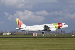 Aéroport Schiphol d'Amsterdam - TAP Portugal Airbus A320 débarque Image libre de droits