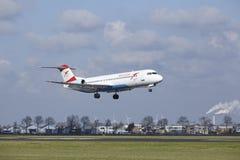 Aéroport Schiphol d'Amsterdam - terres du Fokker 100 d'Austrian Airlines Photo libre de droits