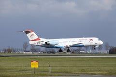 Aéroport Schiphol d'Amsterdam - terres du Fokker 100 d'Austrian Airlines Photos stock