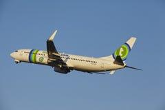 Aéroport Schiphol d'Amsterdam - Transavia Boeing 737 décolle Photographie stock