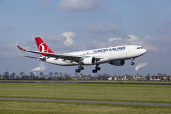 Aéroport Schiphol d'Amsterdam - Turkish Airlines Airbus A330 débarque Photographie stock