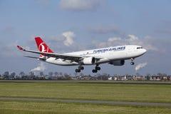 Aéroport Schiphol d'Amsterdam - Turkish Airlines Airbus A330 débarque Photographie stock