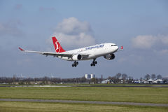 Aéroport Schiphol d'Amsterdam - Turkish Airlines Airbus A330 débarque Photos libres de droits