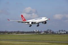 Aéroport Schiphol d'Amsterdam - Turkish Airlines Airbus A330 débarque Photos libres de droits