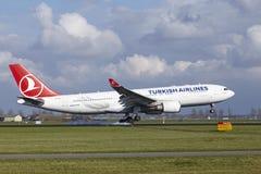 Aéroport Schiphol d'Amsterdam - Turkish Airlines Airbus A330 débarque Image stock