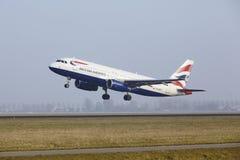 Aéroport Schiphol d'Amsterdam - un Airbus A320 de British Airways décolle Images libres de droits