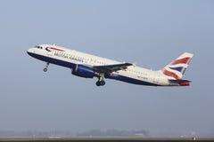 Aéroport Schiphol d'Amsterdam - un Airbus A320 de British Airways décolle Images stock