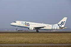 Aéroport Schiphol d'Amsterdam - une Embraer 190 de Flybe décolle Image libre de droits