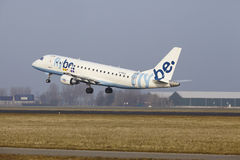 Aéroport Schiphol d'Amsterdam - une Embraer 190 de Flybe décolle Photo stock