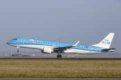 Aéroport Schiphol d'Amsterdam - une Embraer 190 de KLM Cityhopper décolle Photo libre de droits