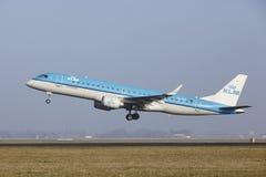 Aéroport Schiphol d'Amsterdam - une Embraer 190 de KLM Cityhopper décolle Images stock