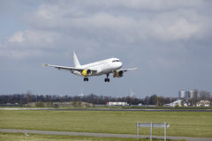 Aéroport Schiphol d'Amsterdam - Vueling Airbus A320 débarque Photographie stock