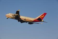 Aéroport Schiphol d'Amsterdam - Yangtze River Express Boeing 747 décolle Photos stock