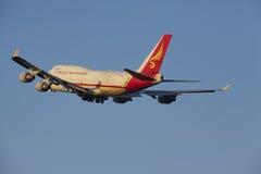Aéroport Schiphol d'Amsterdam - Yangtze River Express Boeing 747 décolle Image libre de droits