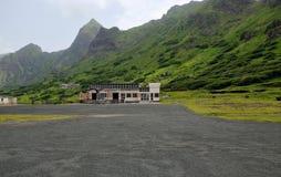 Aéroport sous la falaise Photographie stock libre de droits