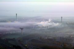 Aéroport sous le brouillard enfumé Image stock