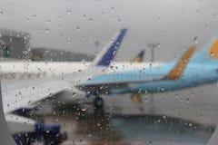 Aéroport sous les pluies Photo libre de droits
