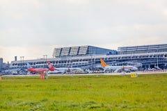Aéroport Stuttgart, Allemagne - terminal avec des avions Image stock