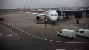 aéroport Terrain d'atterrissage Passagers allant à bord des avions clips vidéos