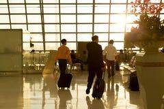 Aéroport Thaïlande - passager de Suwannabhumi avec leurs valises marchant à la pièce de départ Photographie stock libre de droits