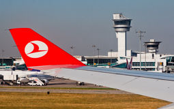 Aéroport Turquie d'Ataturk d'aile de Turkish Airlines Photographie stock libre de droits