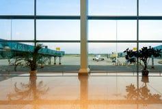 Aéroports avec de grands fenêtres et avions Photo libre de droits