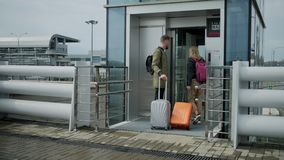 A?roports partants de touristes avec le bagage clips vidéos