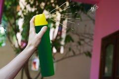 Aérosol à disposition pour le moustique de mise à mort Image stock