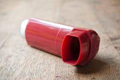 Aérosol d'asthme sur le fond en bois de table Images stock