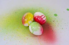 Aérosol de peinture d'oeuf de pâques Photographie stock libre de droits