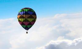 Aérostat flottant en ciel de jour Media mélangé Photographie stock