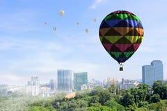 Aérostat flottant en ciel de jour Media mélangé Image stock