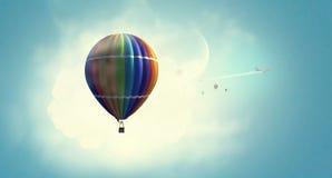 Aérostat flottant en ciel de jour Media mélangé Photographie stock libre de droits