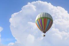 Aérostat flottant en ciel de jour Media mélangé Images libres de droits
