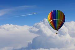Aérostat flottant en ciel de jour Media mélangé Images stock