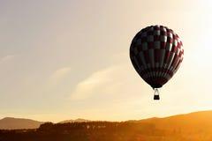 Aérostat flottant en ciel de jour Media mélangé Image libre de droits