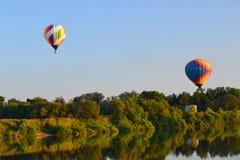 Aérostats au-dessus de la rivière Photo libre de droits