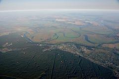 Aérostats dans le ciel au-dessus des champs et de la rivière. Photos stock