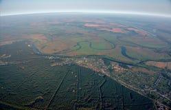 Aérostats dans le ciel au-dessus des champs et de la rivière. Images stock